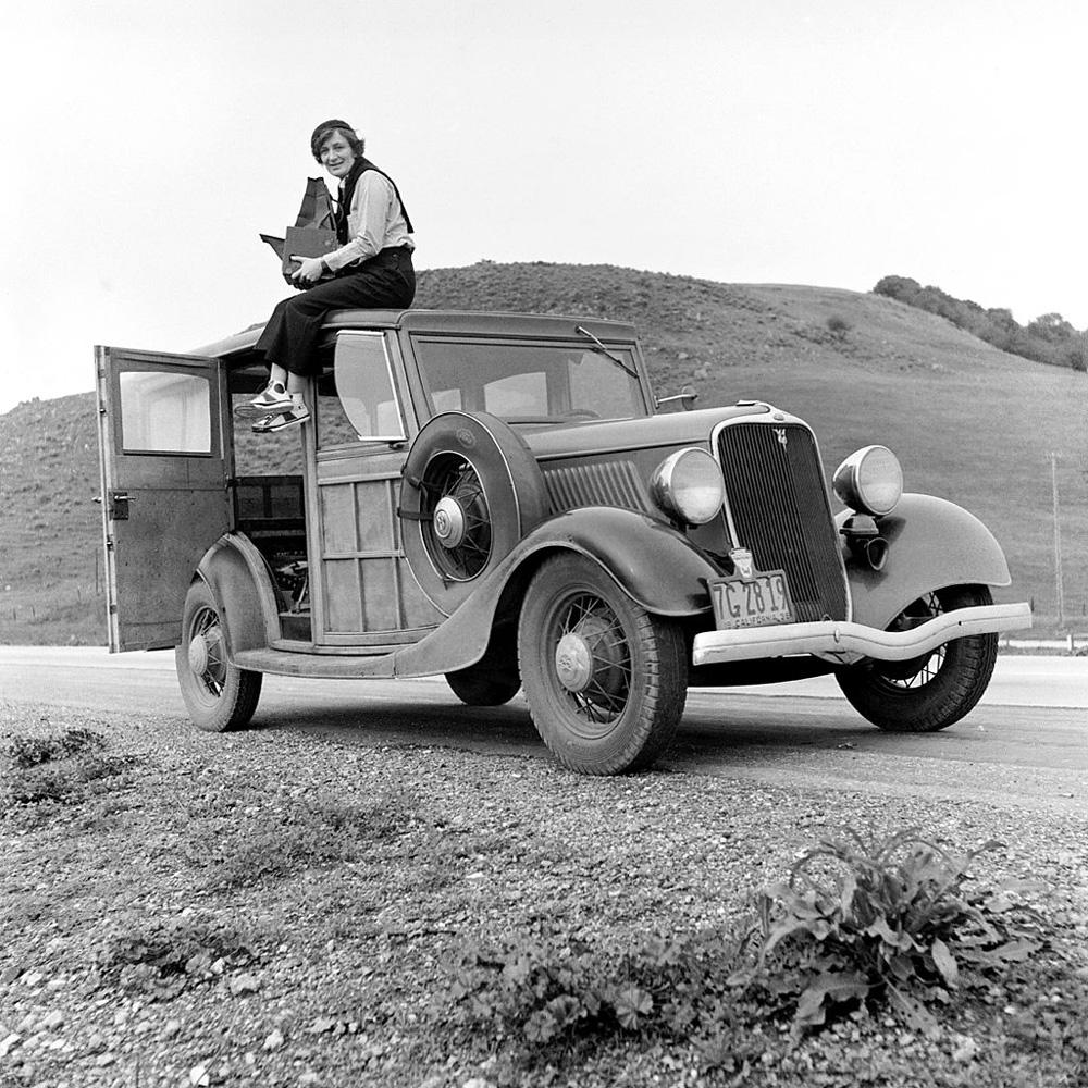 Dorothea Lange mit ihrer Graflex Kamera 1936