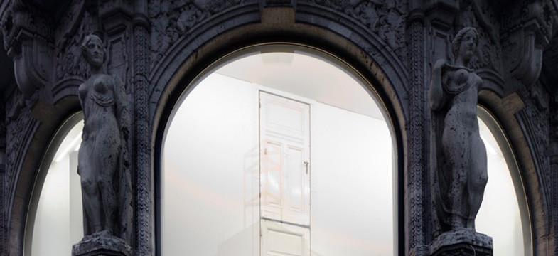 Danilo Dueñas – Türme aus alten Türen