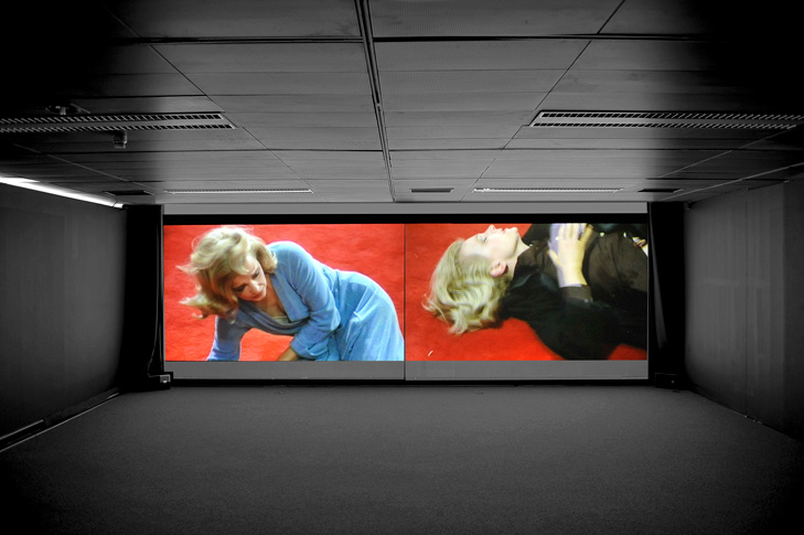 Eli-Cortinas: Dial M for Mother, 2008, 2 Kanal Video, 11´/ Loop, Installationsansicht Eli Cortiñas: Display, Wilhelm Hack Museum