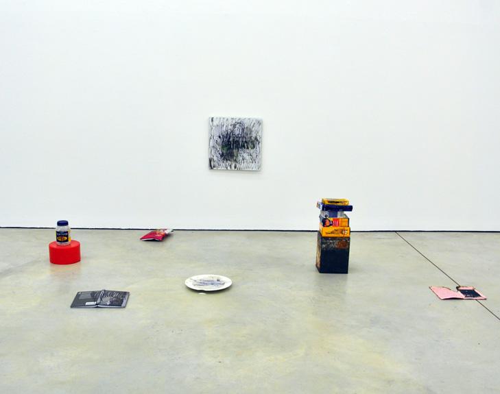 Ausstellungsansicht mit Arbeit von Alex Vivian