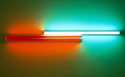 Dan Flavin: 4' red, red, green fluorescent light (for Konrad Fischer), 1968Leuchtröhre mit ZertifikatObjektmaß: 17 x 184 x 9 cmFoto: Markus Meyer© Estate of Dan Flavin / VG Bild-Kunst, Bonn 2016 Printfähige Abb.: vorhanden Foto: Markus Meyer Copyright: VG Bild-Kunst, Bonn