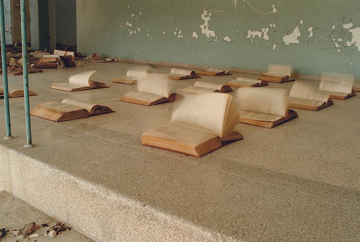 """Das Standbild aus dem Video """"The Chronicle"""" zeigt eine verlassene Schule im ehemaligen Kriegsgebiet von Bosnien."""