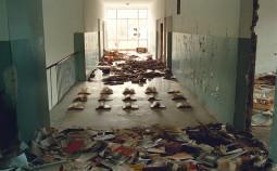 """""""The Chronicle"""" Das Standbild aus dem Video """"The Chronicle"""" zeigt eine verlassene Schule im ehemaligen Kriegsgebiet von Kroatien."""