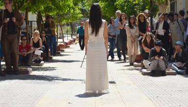 """""""Presencia"""" Performance von Regina José Galindo (2017) in der Elpidos Straße (führt zum Victoria Square)"""