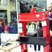 Archäologie der Gegenwart: Den Müll den Daniel Knorr und sein Team über einen Monat auf den Straßen Athens gesammelt haben, presst der Künstler live zwischen Buchdeckel. Titel der Arbeit: 'Materialization' (2017).