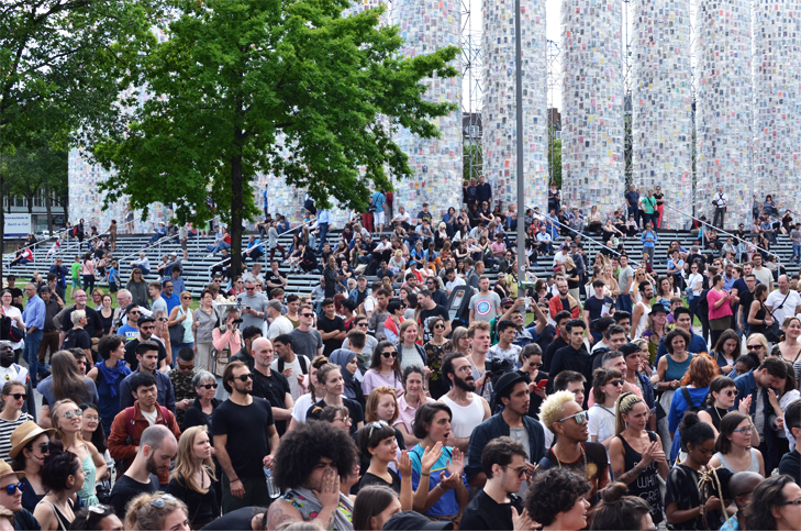 Menge vor dem Fridericianum, Negros tou Moria