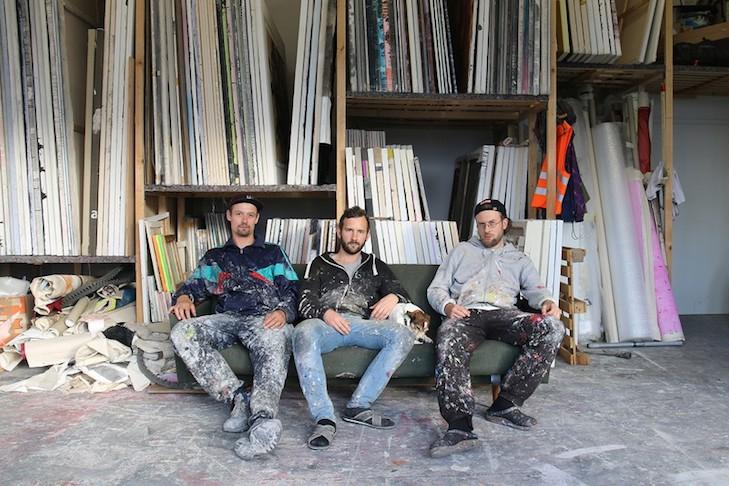 Moritz Neuhoff, Mario Weinberg und Nils Leimkühler (v.l.n.r.) in der Ateliergemeinschaft an der Industriebahn in Berlin Weißensee