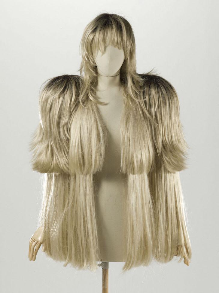 Martin Margiela (né en 1957). Ensemble (habillement). Ensemble veste et perruque. Cheveux synthétiques blonds, taffetas ivoire, 2009. Galliera, musée de la Mode de la Ville de Paris.