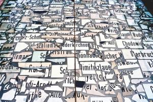 Raffael Rheinsberg, Gebrochen Deutsch, 1992/93 Zerbrochene Straßenschilder aus Ost-Berlin, ca. 1.770 Teile, 300 x 500 cm, Außeninstallation vor dem Martin-Gropius-Bau, Berlin, 1993 Foto: Jens Rönnau, Kiel