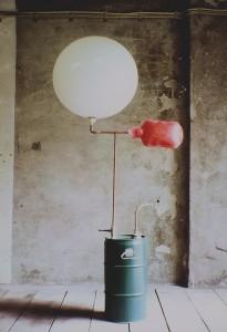 Otmar Sattel, Grundlagen / Ballon, weiß, 2007, Wasser, Hefe, Zucker, Nährsalz, Metallkanister,Druckmesser,Kupferleitung, Ballon, Durchmesser: 60 cm, Höhe: 150 cm, Foto: Studio Sattel, Berlin